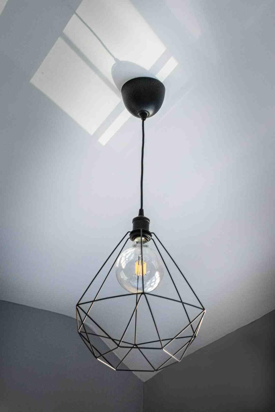 Comment installer un luminaire au plafond
